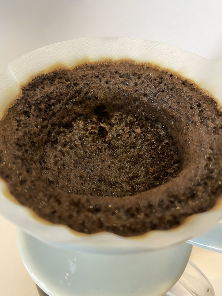 káva v60 prolitá