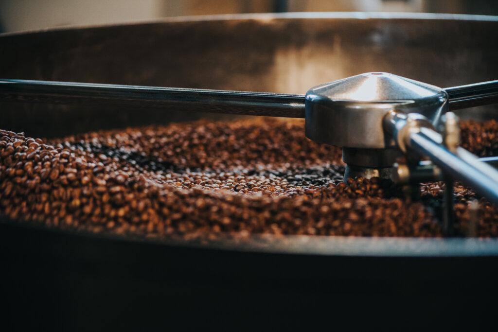 Pohled na pražičku při chlazení již upražených kávových zrn...